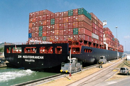zim-mediterranean-in-panama-canal